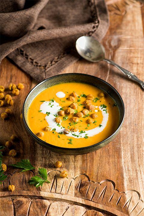 INGRÉDIENTS PAR SAPUTO | Variez votre menu de la semaine avec cette idée de potage crémeux aux carottes et curry, agrémenté de pois chiches grillés et croustillants! Une recette parfaite pour vos soirées au chaud devant un bon film.