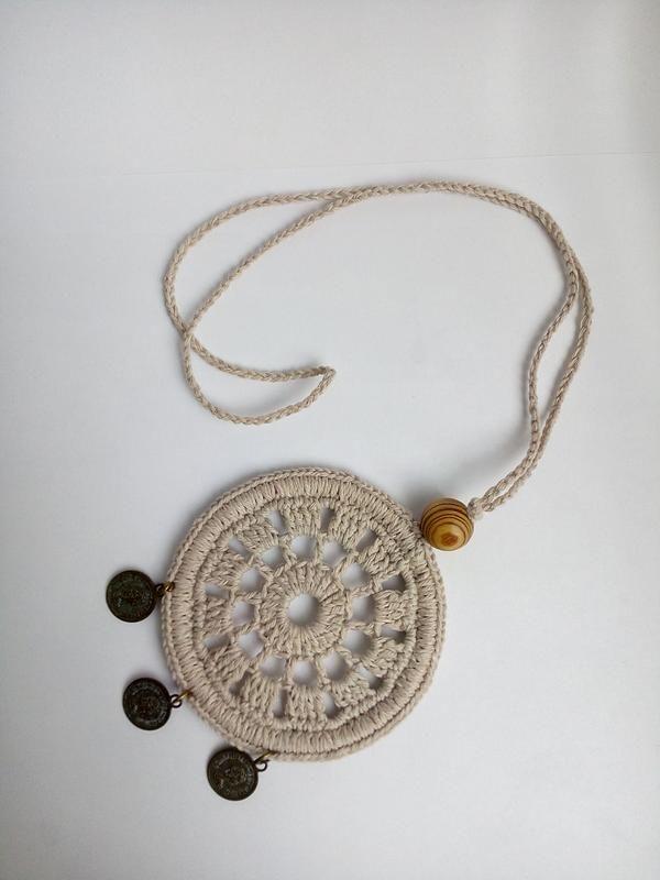 Медальон в стиле бохо, украшенный деревянной бусиной и монетками. Лен и хлопок.