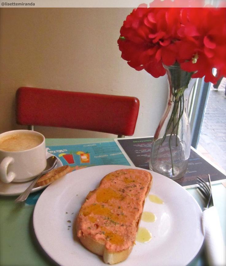 Lolina's Vintage Café, Malasaña, Madrid, España. Tostada con tomate y un café con leche... amor
