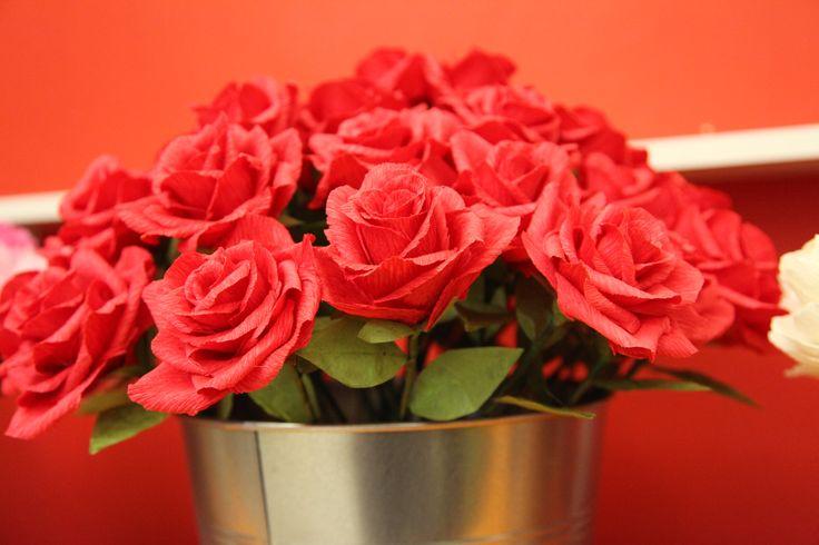 Vaso di rose rosse... di carta