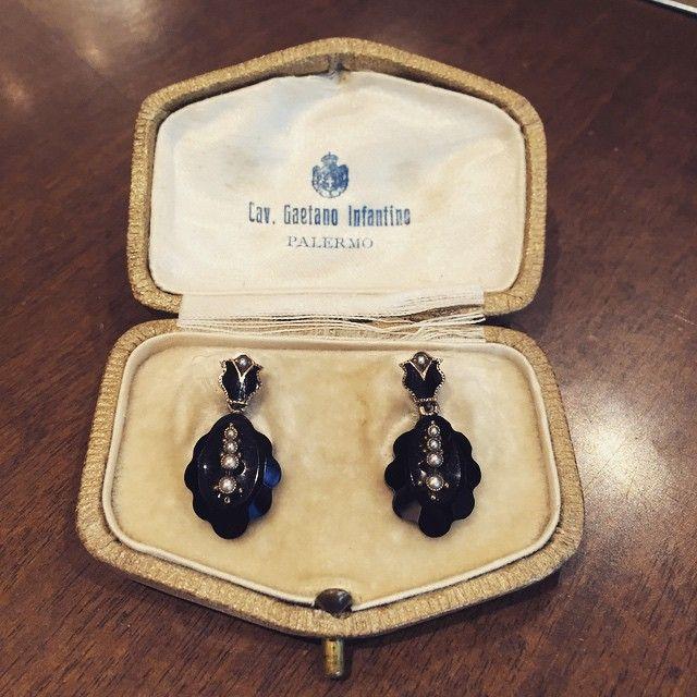 Cute #Victorian #onyx and #pearl #mourning #earrings #mourningjewelry #mourningjewellery -- #orecchini in #onice con #perline da #lutto fine 800. #gioielliantichi #milano #legioiedifunaro #gioielleria #brera #Expo2015
