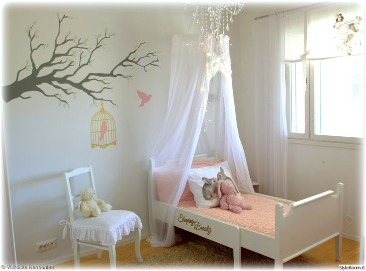 """Hempeä prinsessatyyli sopii pienen tytön huoneeseen. Täällä asuu: """"ValkoistaHarmoniaa"""" #styleroom #inspiroivakoti #verhokatos #lastenhuone #prinsessa #sisustustarra #maalaisromanttinen"""