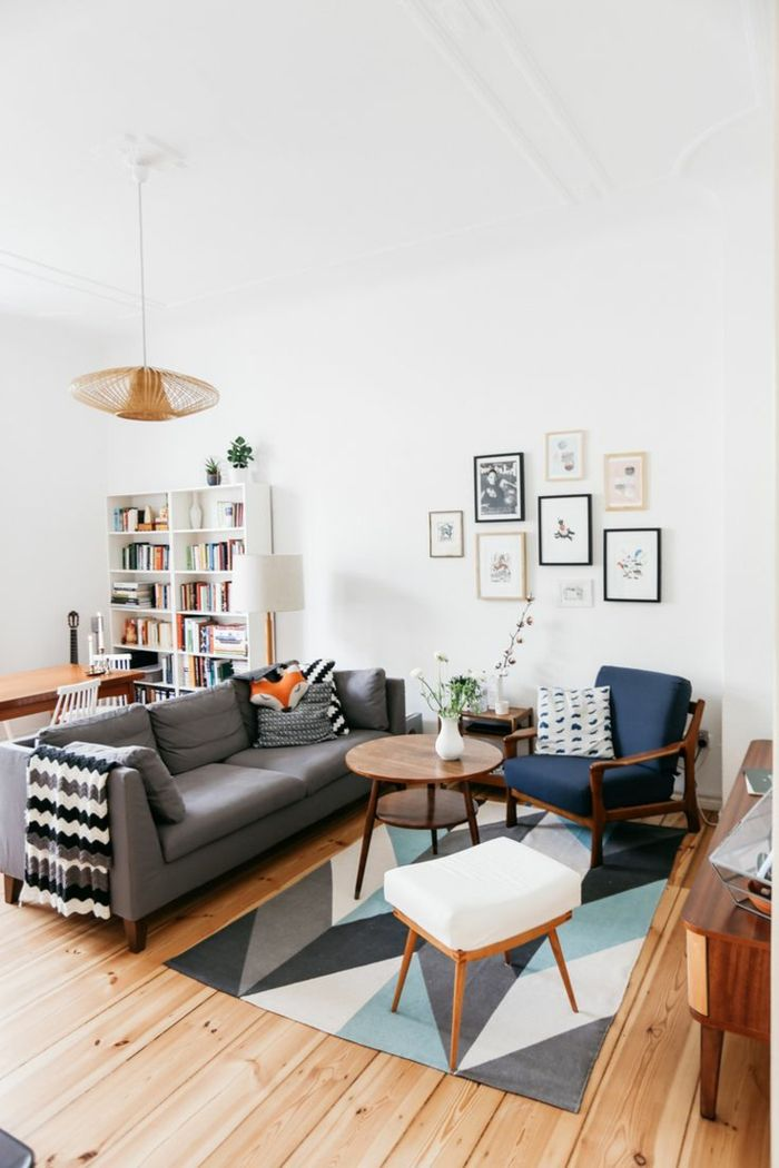 sofa grau geometrischer teppich weiße wände