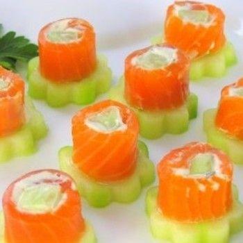 komkommer van de grill in de vorm van roosjes met daarop zalm rolletjes met daarin kruidenboter.Kortom super lekker recept.