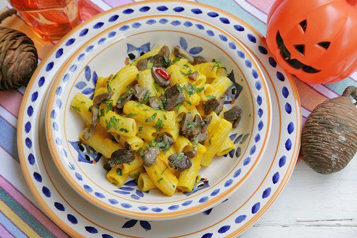 """La pasta con crema di zucca e funghi porcini è un piatto tipicamente autunnale in cui il sapore della zucca e quello dei funghi porcini si bilanciano perfettamente in un piatto cremoso, profumato e saporito. E' ottimo anche per smaltire la zucca che viene estratta quando si intaglia la zucca di Halloween e che va smaltita rapidamente. Ora qualcuno potrebbe obiettare con la solita """"pippa"""" (passatemi il termine) che Halloween è una festa profana, satanica, ormaicommerciale, che è…"""