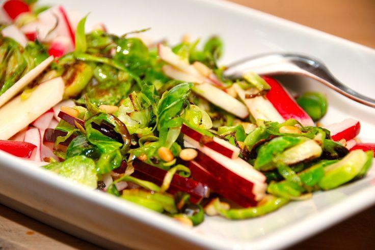 Salat med rosenkål, æbler og radiser
