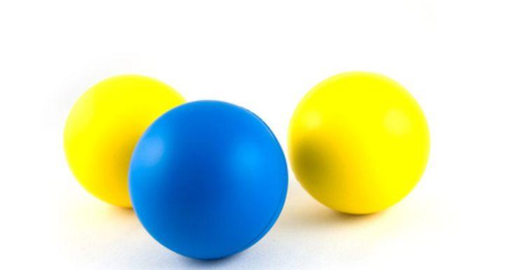 Juegos de pelota para niños bajo techo. Jugar con la pelota en interiores con los niños debe ser bien supervisado para asegurar la seguridad de los chicos y los alrededores. Escoger un juego con estructura es lo mejor, pero también se debe considerar la edad del grupo y el nivel de actividad de los niños antes de decidir cuál es el mejor juego para ellos. Jugar con pelotas puede ser una ...