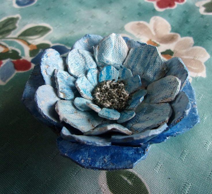 Fleurs en carton d 39 oeufs avec des bo tes doeufs ou du carton d 39 oeufs pinterest - Fleur en carton ...