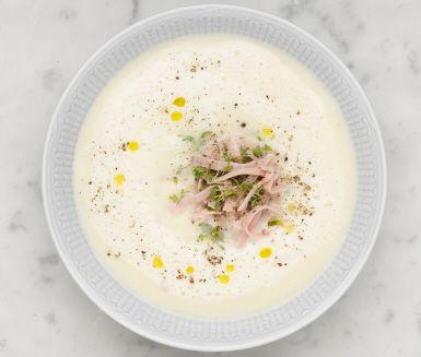 En god och matig soppa som passar perfekt en kylig höstkväll! Välj ost efter smak – len och krämig eller kryddigt lagrad, bägge sorterna sätter fin karaktär på soppan.