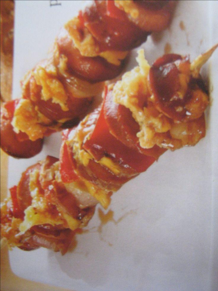 Párky nakrájíme na kolečka.Sýr a papriku rozkrájíme na kostičky.Cibuli na osminky a vše střídavě napichujeme na špejle. Alobal potřeme olejem. V misce smícháme sojovku,worcestr,hořčici a kečup.3pízy marinádou potřeme. 3pízy zabalíme do alobalu dáme na gril (do trouby) a pečeme asi 15 min.