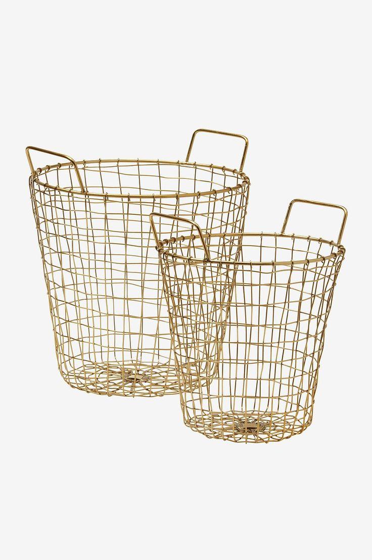 Hold orden med generøse, dekorative trådkurver i metall. Like fine i stua som i gangen. Materiale: Metall. Størrelse: Liten: høyde 20 cm, med håndtak 25 cm. Bunn ø 20 cm, toppen ø 21 cm. Stor: høyde 25 cm, med håndtak 29,5 cm. Bunn ø 25 cm, toppen ø 26 cm. Beskrivelse: Trådkurv av malt metalltråd. Tips & råd: Fyll kurven med dine favoritting i farger som matcher innredningen.