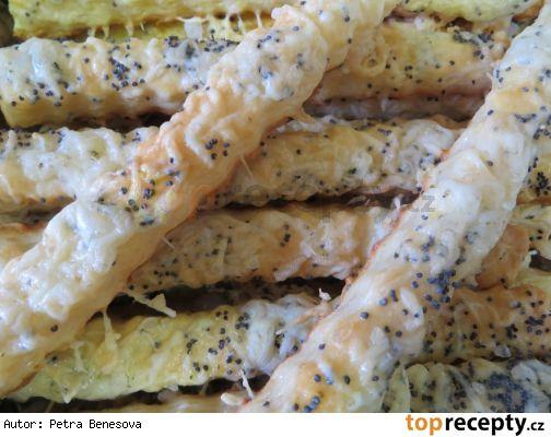 Slané tyčky sýrové450 g hladké mouky 250 g tuku (Hera) 200 g strouhaného 30% eidamu 1 prášek do pečiva sůl 1 vejce 1 žloutek trochu mléka aby bylo pěkné těsto  navrch: 1 rozšlehané vejce mák (kmín) hrubá sůl strouhaný sýr