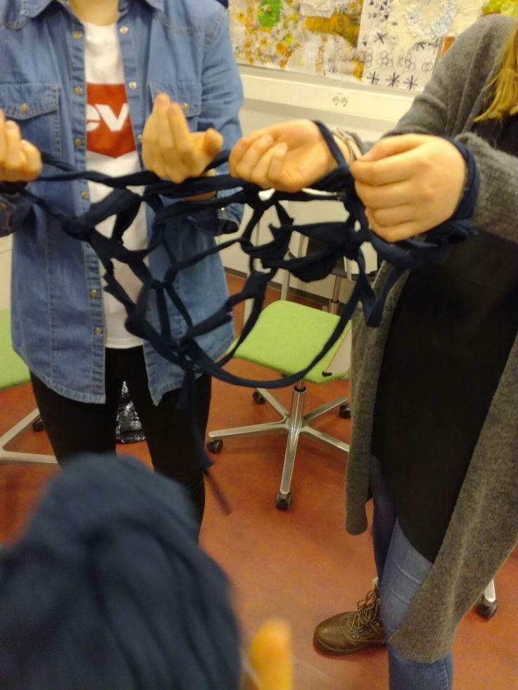 Olimme suunnitelleet käyttävämme ihmisneulekoneella tuotettua verkkoa teoksemme pohjana, joten testasimme ideaa neulomalla. Aloituskierroksen jälkeisen kierroksen ensimmäinen silmukka tuotti pään vaivaa, mutta saimme onneksi sen lopulta onnistumaan. Verkko oli suunnitelmissamme tummaa ja kapeaa, joten työstämiseen riitti kolmen ihmisen kädet.