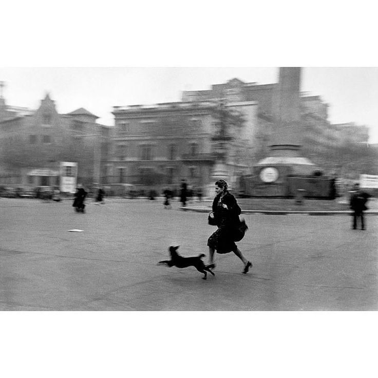 Fotografía de Robert Capa. Mujer huyendo en Barcelona al sonar las sirenas de bombardeo aéreo durante la Guerra Civil.