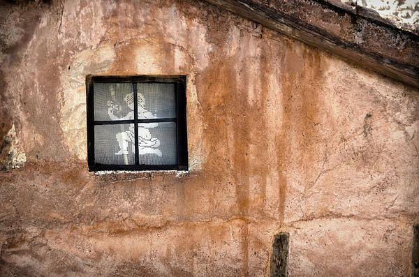 Kleines Fenster Mit Vorhang Auf Einem Alten Haus   – Doors and windows