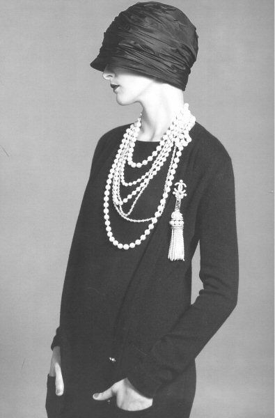 Gorgeous 1920's style. The pearls are to DIE for! Love the hat too!