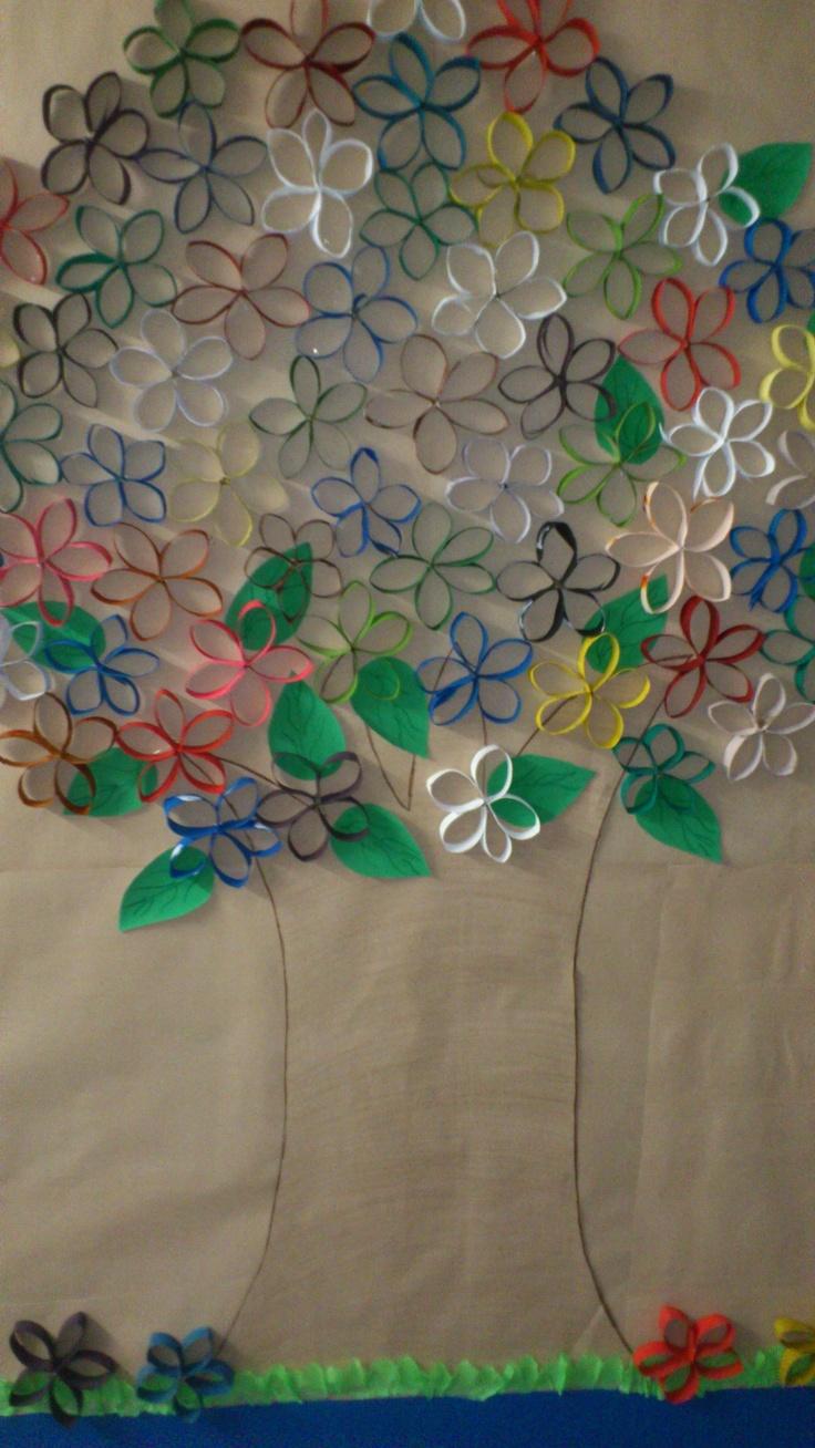 Árvore feita de tubos de papel higienico