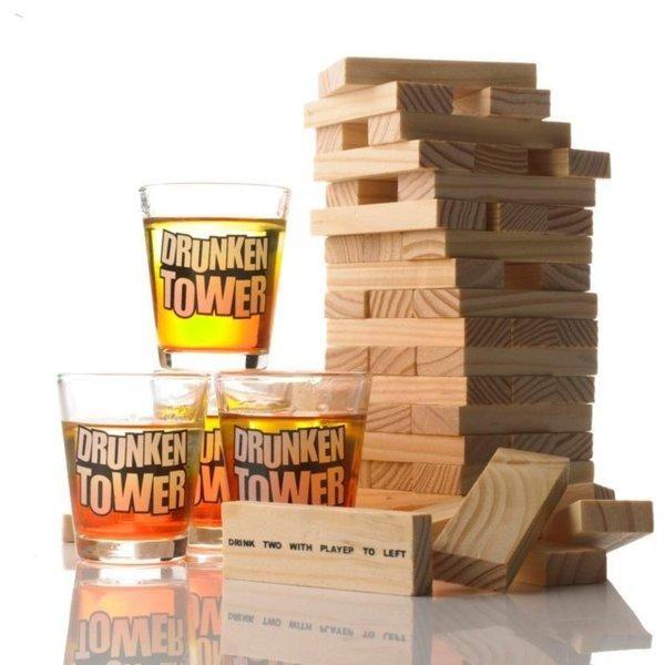 El Set de Chupitos Tipsy Tower es conocido como muchos como el Jenga. Todo el mundo sabe que si la torre se derrumba, ¡tú serás el perdedor! Y perder nunca es bonito... Pero esto ha cambiado con el nuevo Tipsy Tower para beber. De hecho, en este juego de beber solo querrás perder y perder una y otra vez. ¿Por qué