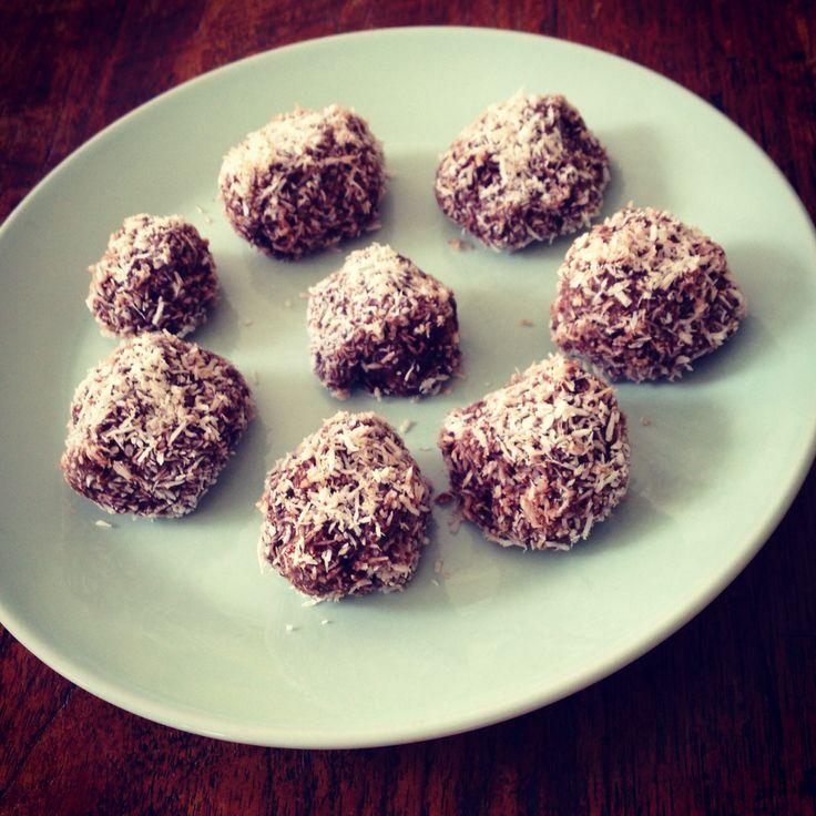 Suikervrije Bonbons van 3 dadels, 2 eetlepels cacao, handje noten, 60 ml kokosolie, eetlepel chiazaad en rollen in kokosrasp. Héél lekker!