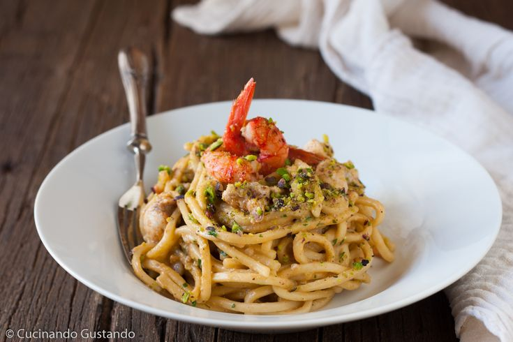 Pasta con gamberi pesce spada e salsa di pesto di pistacchi http://blog.giallozafferano.it/toniaincucina/pasta-gamberi-pesce-spada-e-salsa-di-pesto-di-pistacchi/
