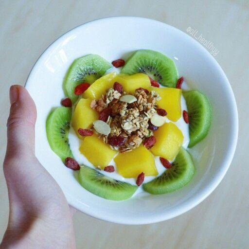 {Yaourt à la noix de coco, kiwi, mangue, granola aux cranberries, graines de courge, amandes & quelques baies de goji} ☆ IG: @all_healthyy