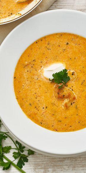 Ein tolles Rezept für die kühlere Jahreszeit: diese köstliche Paprikacremesuppe wärmt von innen. Garniert mit Hähnchen, Crème Fraîche und Petersilie ist die Suppe auch optisch ein Highlight.