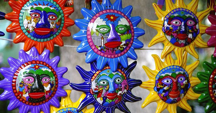 El arte de la cerámica en México se remonta a miles de años atrás, cuando la arcilla se transformaba en jarras de agua inspiradas por las calabazas y el calabacín de los campos. ...