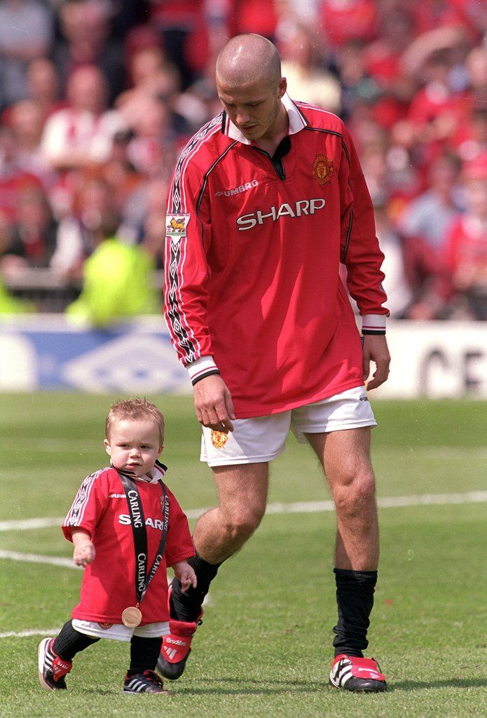 David Beckham gave young Brooklyn his medal after a celebration with Manchester United in Manchester, England. #DavidBeckham #babies #eyecandy