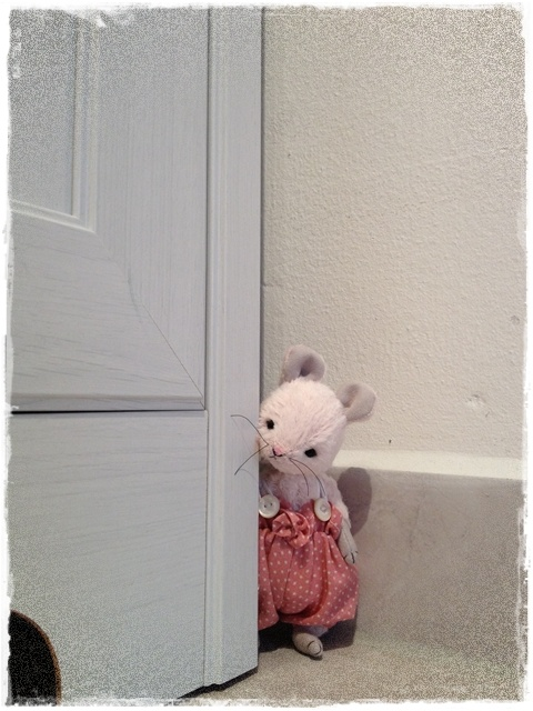How sweet is this little 'Peek-a-Boo Mouse'