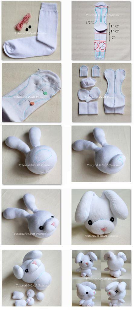 Aprovecha los calcetines que ya te van pequeños para hacer este increíble peluche para tu hijo :)