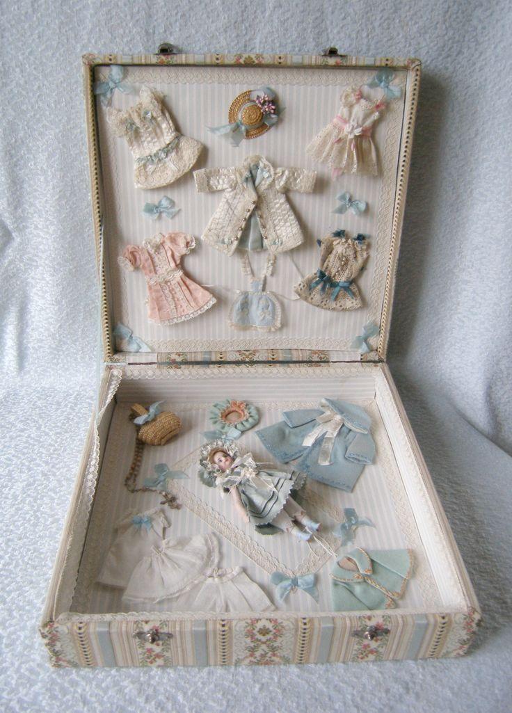 """Mignonette de """"Poupee Modele"""" en su caja y maravilloso ajuar. La Poupee Modele era la revista de los líderes de los niños en la década de 1800. Proporcionó los últimos patrones de moda para sus muñecas. En 1878 se introdujeron las pautas de pequeñas muñecas ('muñecas' de bolsillo), más tarde llamada '' mignonnettes."""