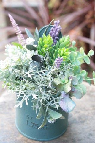 小花を集めた優しい風合いのアーティフィシャルフラワー(造花)のアレンジメントです。 ブリキ製のベースを使用し、ナチュラルな雰囲気に仕上げました。インテリアに合...|ハンドメイド、手作り、手仕事品の通販・販売・購入ならCreema。