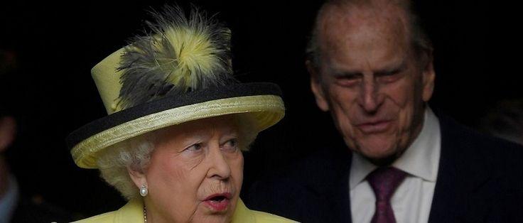 """Aos 95 anos de idade, o príncipe Philip, marido da rainha Elizabeth II da Inglaterra, abandonará a vida pública e os compromissos oficiais da realeza, de acordo com anúncio feito nesta quinta-feira (4) pelo Palácio de Buckingham. """"O duque de Edimburgo decidiu não participar mais de..."""