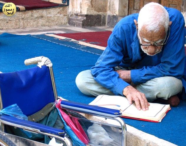 Kendini Yüceltmek:  Kendilerini (övgüyle) temize çıkaranları görmedin mi? Hayır; Allah, dilediğini temizleyip yüceltir. Onlar, 'bir hurma çekirdeğindeki iplikçik kadar' bile haksızlığa uğratılmazlar. (Nisa Suresi, 49)  TEVRAT'ta inananlara sürekli övülmeyi beklemenin ve yüceltilmek istemenin kötü ahlak özelliği olduğu bildirilmiştir. (Mezmurlar, Bap 25, 27)   İNCİL:  ... Çünkü kendini yücelten herkes alçaltılacak, kendini alçaltan ise yüceltilecektir. (Luka, Bap 18, 14)