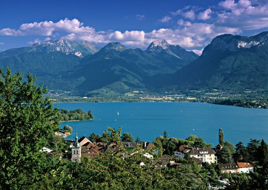 Another view of Annecy, where Parisians often take extended summer vacations. (From: 12 Most Beautiful Lakes in the World)