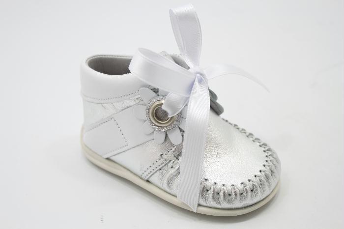 Eerste loopschoentje van het merk Bardossa. Zilver met wit afgezet en een wit lint.