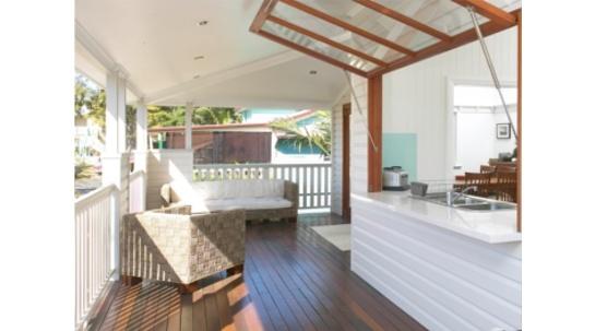 Et kui köök panna maja õuepoolsesse otsa, siis kuidas sellest lihtsa liigutusega väliköök teha :) Nixon Build: Renovated Queenslander