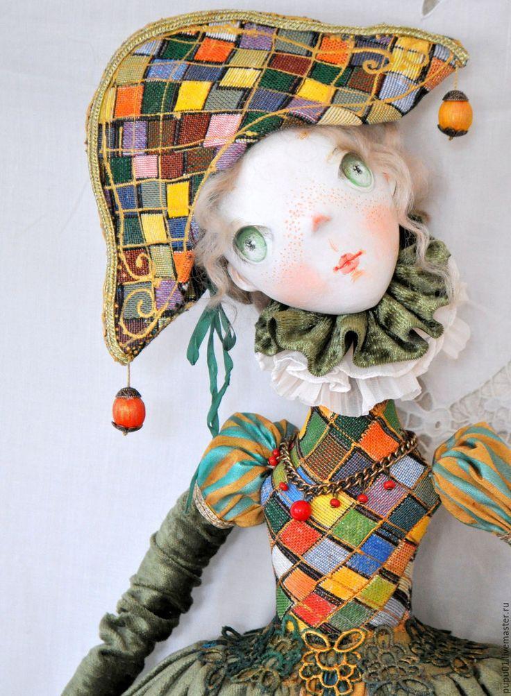 Купить или заказать Авторская кукла На карнавал в интернет-магазине на Ярмарке Мастеров. Моя новая Коломбина. Будуарная , из грунтованного текстиля, вся подвижная. Уверенно сидит и может висеть на стене. Создает настроение и украшает интерьер.