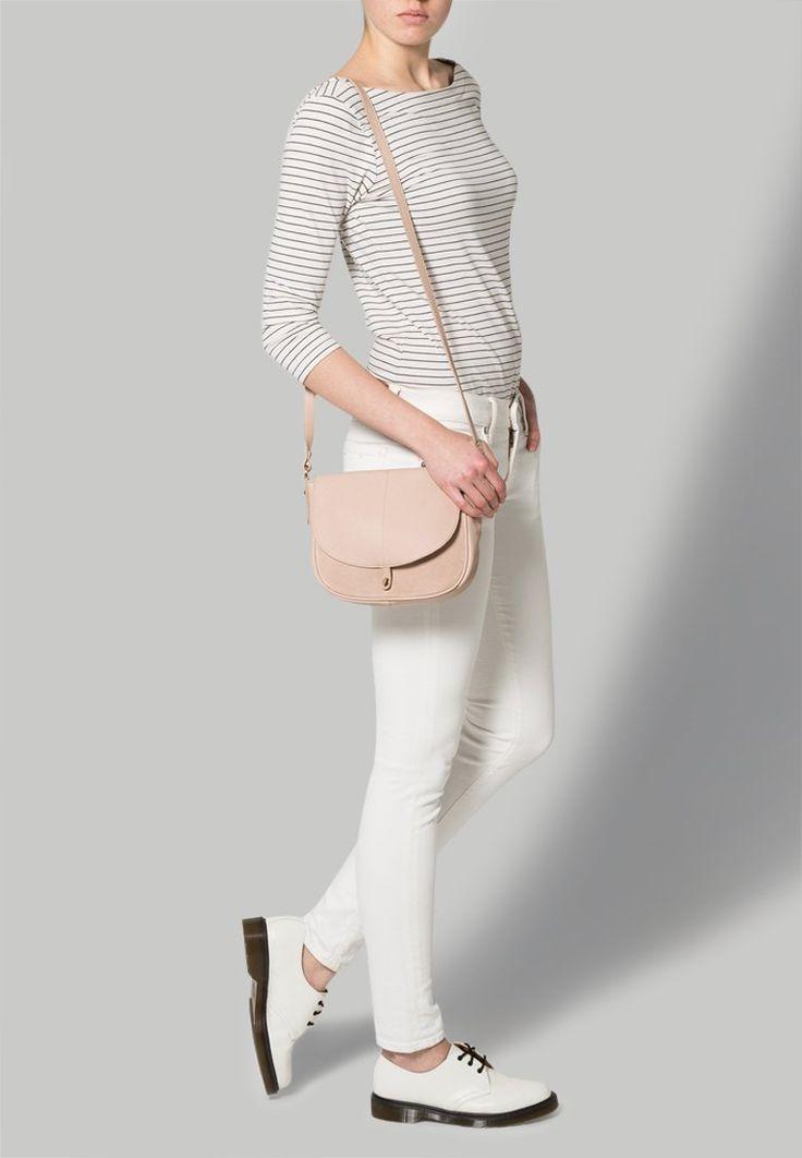Die modische Tasche in zartem Rosa lässt sich super zu schlichten Looks mit einem stylischen Touch stylen. Must Have! ♥ ab 114,95€
