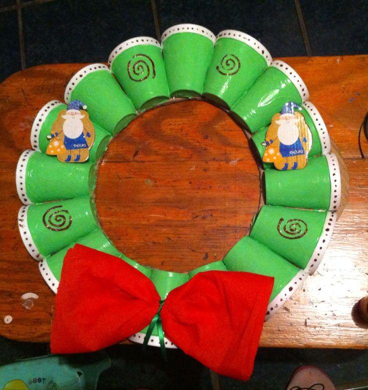 Hermosa corona de Navidad para adornar la puerta de tu casa n.n hecho con vasos desechables, pintura acrílica & otros materiales que tengas al alcance para decorar