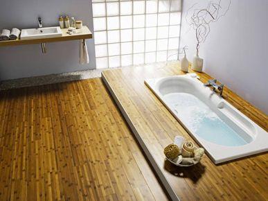 Un mur de brique de verre diffuse une lumière douce dans une salle de bain