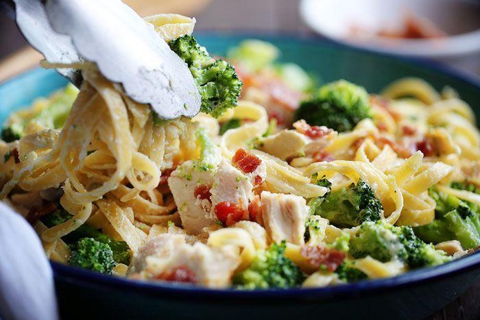 Weet je niet wat doen met pastarestjes? Deze 3recepten helpen je verder. Pasta met kip, broccoli en hesp Dit heb je nodig (2-3 personen) 2 eetlepels koolzaadolie 400 g kippenborstjes 1/2 theelepel zout 1/2 theelepel peper 2 teentjes knoflook 2 kopjes broccoli 2 glazen melk 1 kopje geraspte Parmezaanse kaas 1/4 kopje peterselie 170 g … Continued