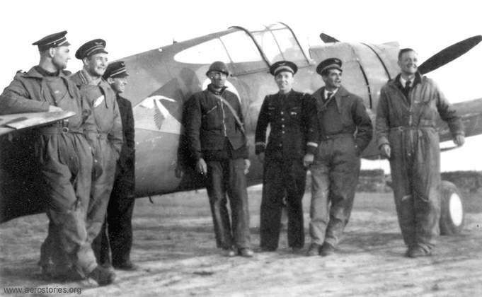Pilots of GC 1/5 in June 1940. From left to right: Gérard Muselli, Léon Vuillemain, Frantisek Perina (Tchec), xx, Jean-Marie Accart, Marcel Rouquette and Edmond Marin La Meslée. (Archives Aéro-Journal)