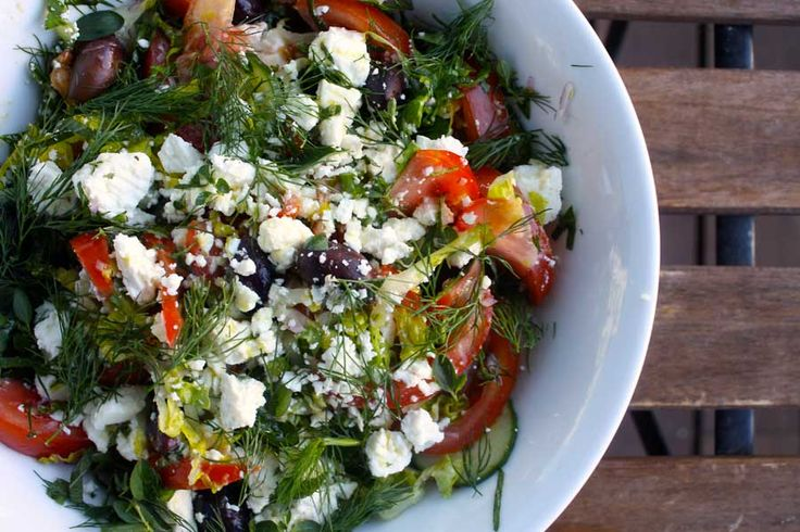 Græsk salat er måske en af de retter fra det græske køkken som flest kender. Den er bestemt også en klassiker, som man roligt kan ty til i ny og næ.Med godt brød til, er den fyldig nok til at gå som en frokostret eller …