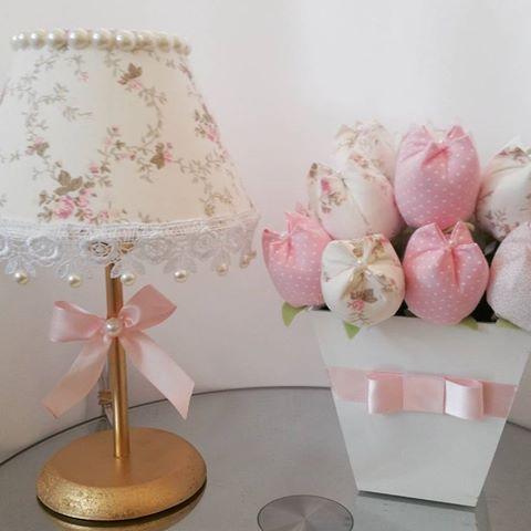 Mais um Mimo pronto! Abajur com guipir e pérolas, tulipas  no lápis para lembrança de nascimento.  solicite também o seu orçamento.  #abajurbebe #abajurdecorado #abajurluxo #tulipasnolapis #tulipas #lembrancinhamaternidade #lembrancinha #lembrancinhanascimento #decorluxo #decoracaomenina #decoracoapersonalizada #decoration #decoracaobebe #babydesing #babydecoroom #decorbaby #babydecor #mimosbaby #quartomenina #babygirl
