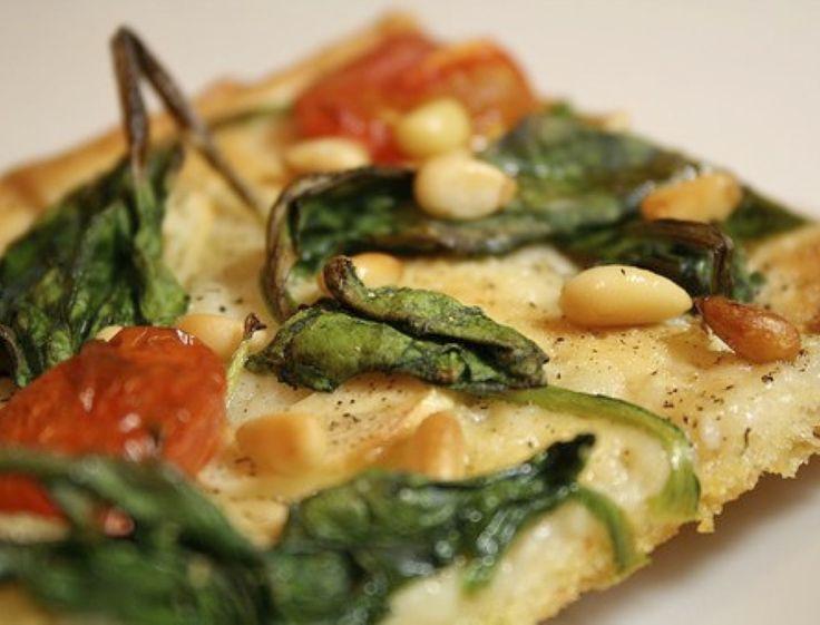 Il n'y a qu'en Amérique que l'idée d'une pizza sans fromage semble surprenante... DONNE 6 À 8 PORTIONS ( PROFIL : VENT ) INGRÉDIENTS 2 c à s huile d'olive 30ml 4 oignons tranchés Sauce Marinara Cl...