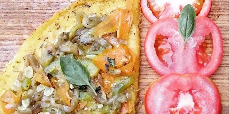 Esta Receta de Pizza de Polenta Sin Gluten surgió naturalmente un día de lluvia en el que no quieres salir a comprar nada y te preguntas ¿qué podemos hacer con lo que tenemos?