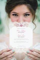 Chic, elegante y tradicional … ¿esa eres tú? Añade encaje en toda la cubierta o sólo en los bordes de tus invitaciones para darles un aspecto delicado.