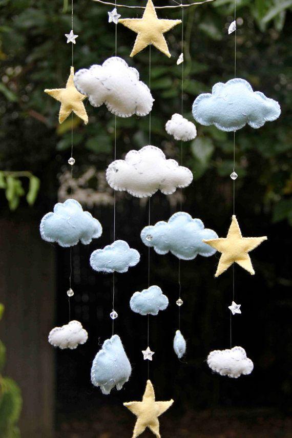 Articles similaires à Nuages de feutre bleus et blancs avec des étoiles jaunes et Mobile de cristaux Swarovski sur Etsy