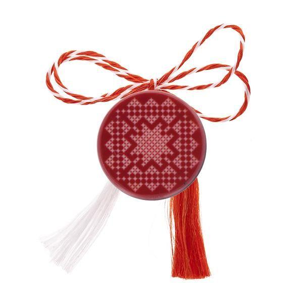 Broșă mărțișor tip pin roșie și cusături de goblen